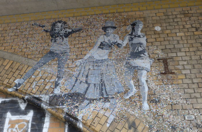Dancing women: Berlin street art